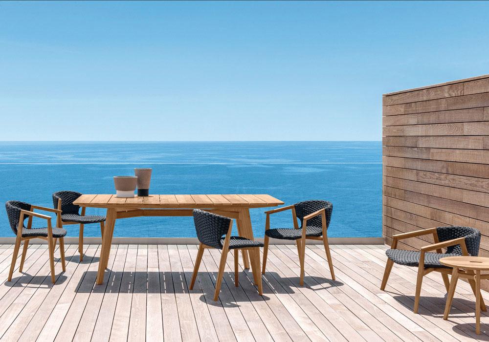 Exotické drevo. Nábytok zkvalitných drevín sa vyznačuje dhou životnosťou, je ekologický arecyklovateľný. Bonusom  je príjemný materiál anenahraditeľná vôňa dreva.