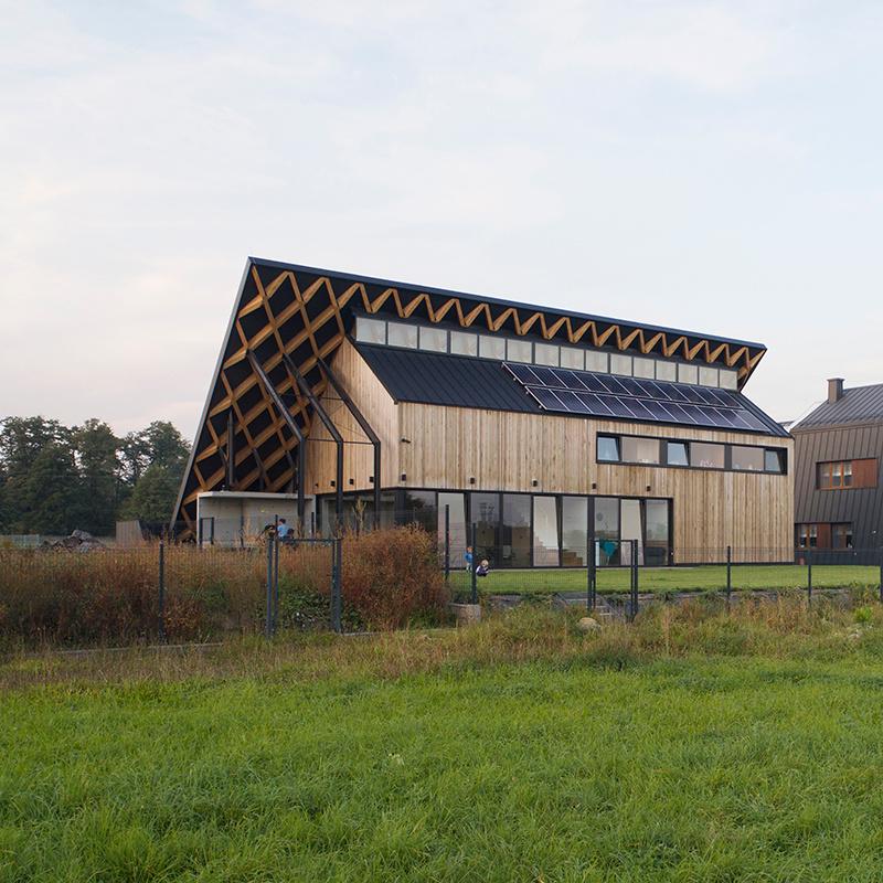Poľský architekt Bartłomiej Drabik vytvoril dom, ktorý by ste si z niektorých pohľadov pomýlili so zvýšeným terénom na pozemku a z diaľky by ste ho nemuseli spozorovať vôbec.