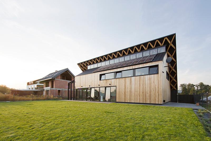 Vďaka zelenej streche je tento dom takmer neviditeľný!