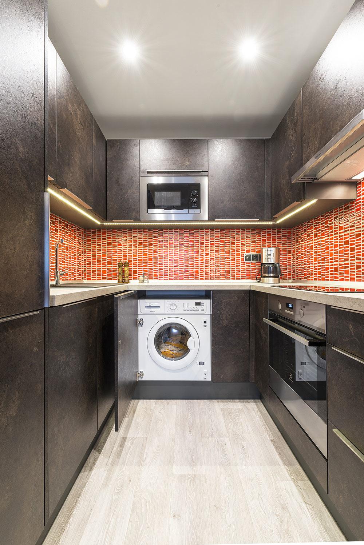 Vľavo vedľa drezu je umývačka, vpravo sa ukrýva práčka.