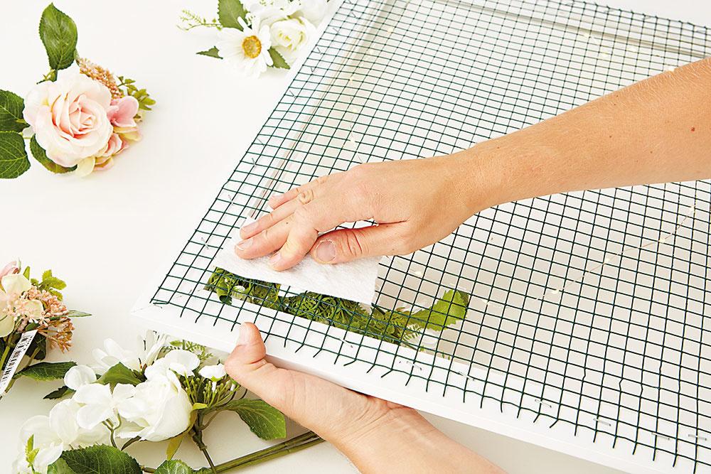 MRIEŽKA musí byť úplne prekrytá kvetmi. Pokiaľ ich chceme ešte viac zafixovať, na zadnú stranu nalepíme kúsky textílie.