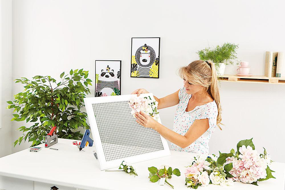 DOKONČENIE Kvety umiestňujeme, až kým nebude mriežka neviditeľná, anový 3D obraz bude pripravený na zavesenie.