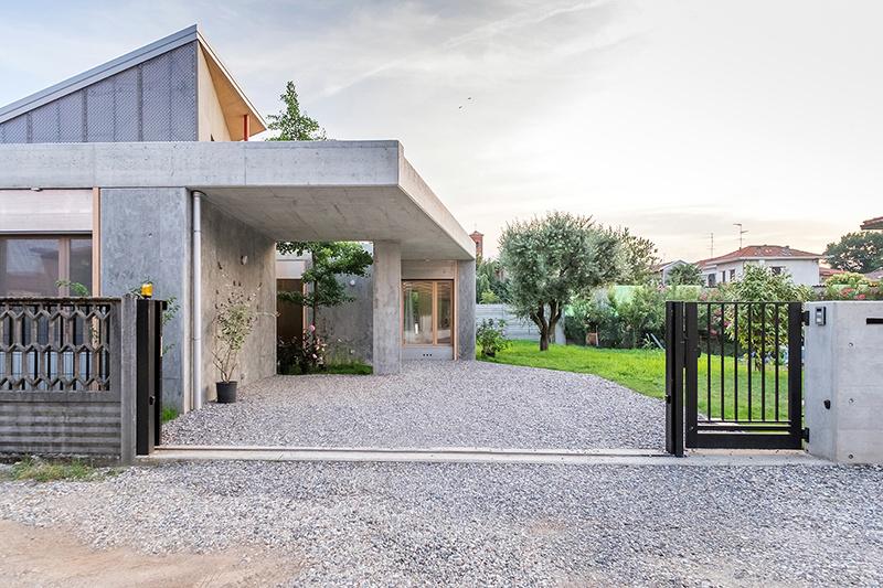 Betón, drevo a zábavné detaily: Dynamický dom pre mladú rodinu
