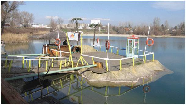 Ostrov Mango postavený v roku 2003 z IZONIL omietky na jazere Košariská v Dunajskej Lužnej