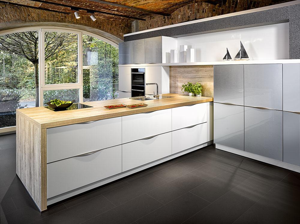 Luxusná kuchyňa Rom od značky Bauformat, kde je matný aj lesklý lak ukrytý pod dva milimetre hrubou doskou skla.