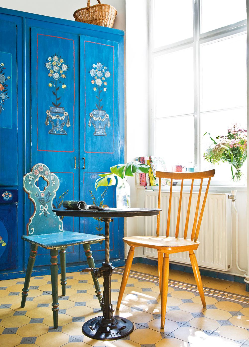 V tomto zaujímavom byte natrafíte aj na maľované skrine a stoličky, ktoré si majiteľka priniesla z bazára.