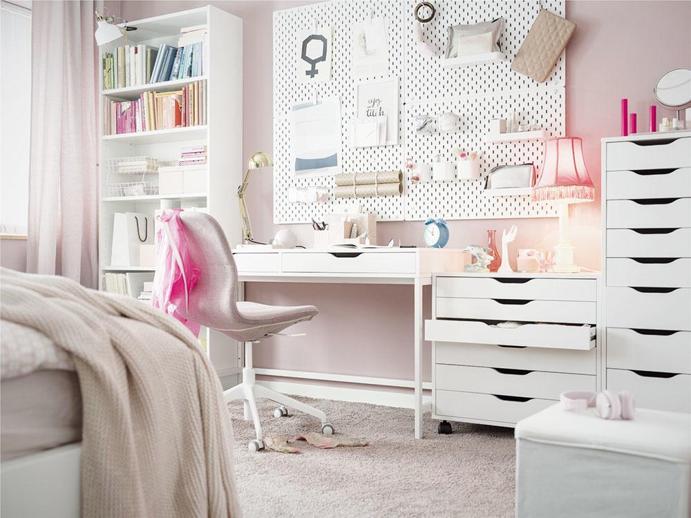 Máte doma módnu kráľovnú achcete, aby ju učenie bavilo? Vytvorte jej priestor, vktorom sa bude cítiť príjemne. Snábytkom vneutrálnych odtieňoch, doplneným pastelovou farbou, napríklad púdrovoružovou, nemôžete nič pokaziť. Vaša osobná dizajnérka ocení najmä dostatok kreatívneho prostredia, ktoré jej vizbe vytvoríte.