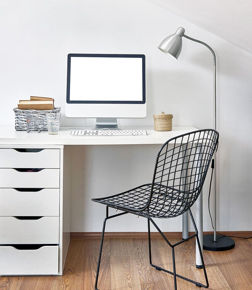 Ak preferujete minimalistický štýl adesí vás akýkoľvek neporiadok, stôl súložným priestorom je ideálnou voľbou. Šuplíky na ľavej strane stola perfektne schovajú všetky pomôcky avaše školopovinné ratolesti tak budú mať poruke len to nevyhnutné. Prevládajúca biela farba navyše podčiarkne čistotu, ktorá vizbe dominuje.