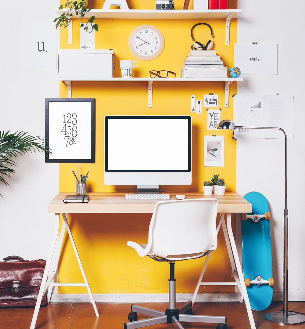 """Priestor pod stolom nie je nutné vkaždom prípade zaplniť odkladacími plochami. Na uloženie predmetov výborne poslúžia poličky priamo nad stolom. Nielenže tým miestnosť získa veľa cenného miesta, zároveň sa vám otvárajú skvelé možnosti, ako si nimi dotvoriť izbu. Apriznajme si, aj """"chaos"""" na poličkách vie vyzerať dobre."""