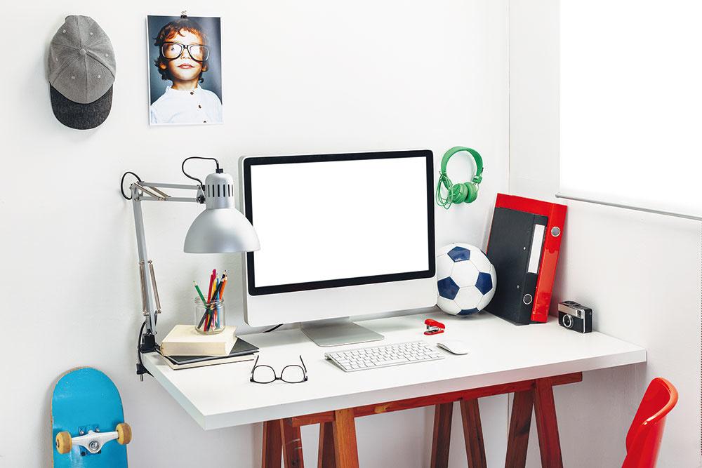 Súčasťou každého písacieho stola by mala byť ajstolová lampa. Môžete ju položiť priamo na stôl avprípade, že nechcete ubrať zjeho plochy, pripevnite ju na stenu. Spolu svaším študentom určite oceníte, ak svietidlo bude mať otáčavé rameno atienidlo, rovnako poteší aj jeho nastaviteľná výška.