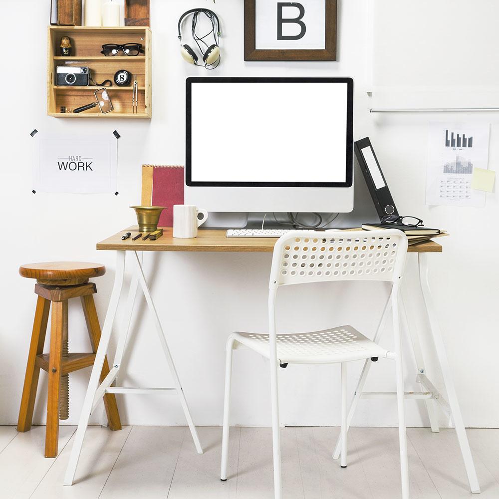Ani vštudentskej izbe nepôsobí biela nevýrazne anudne. Výborne sa dopĺňa shnedým drevom, tvoria silnú dvojku. Pamätajte, že ak sa rozhodnete pre bielu, otvorí sa vám obrovské množstvo možností na kombinovanie. Ačo je ďalšie plus? Biela opticky zväčšuje priestor, preto je vítaná aj do menších izieb.