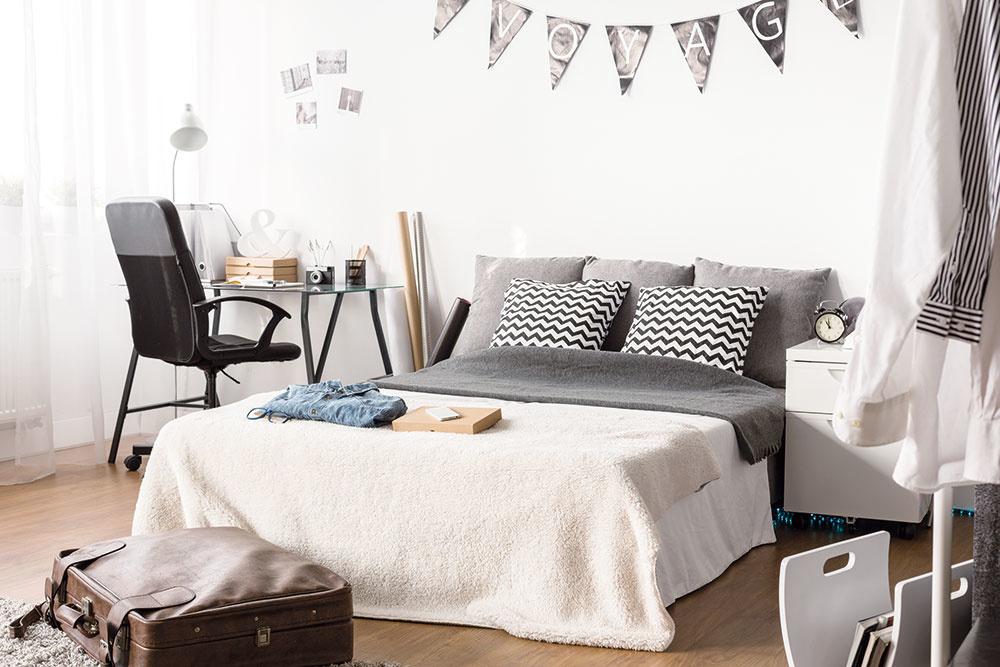 Pokiaľ vám to priestor dovoľuje, sústreďte sa na väčšiu posteľ. Určite dobre viete, že aj napriek snahe rodičov je to miesto na stolovanie, telefonovanie, písanie, čítanie… Výborne ju oživia vhodné textílie – zemité farby vmiestnosti skvelo doplnia sivé alebo bieločierne návliečky na vankúše, ktomu príjemne huňatá deka aoddych sa môže začať!