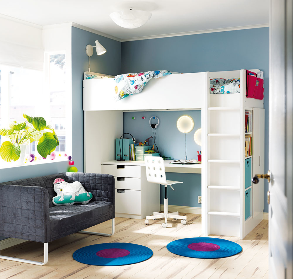 Poschodová posteľ bez prvého poschodia je skvelou voľbou do malých izieb vašich veľkých detí. Pod posteľou umiestnenou hore získate priestor, kam sa pohodlne zmestí stôl so stoličkou, ale aj kopec iných predmetov. Okrem výraznej úspory miesta takýmto riešením zabezpečíte aj priestrannosť avzdušnosť izby.