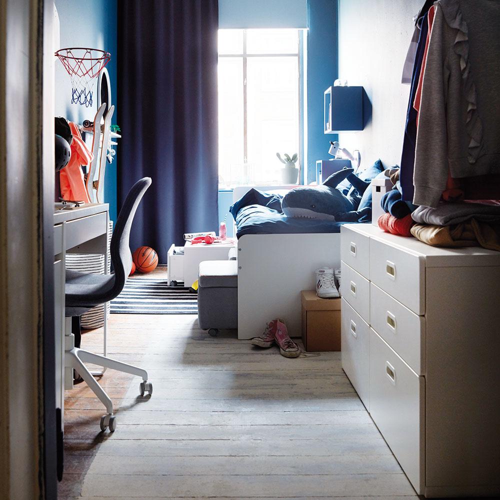 Ak posteľ, tak hlavne sdostatkom úložného priestoru. Všetci dobre vieme, že študentská izba je často preplnená školskými potrebami, knihami alebo oblečením. Je preto vhodné siahnuť po posteli, ktorá pod sebou bude skrývať dostatok miesta na odkladanie. Auž len dúfať, aby to znamenalo aj menší neporiadok vizbe.
