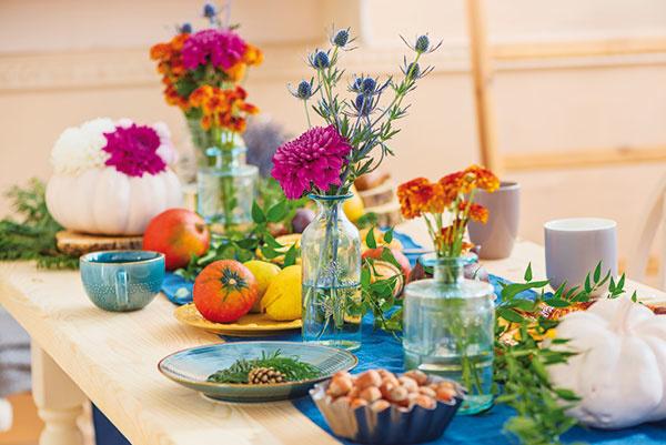 Aj mnohé jesenné rastliny hýria farbami, atak vás celkom zaiste potešia ich pestrofarebné kvety. Koniec leta totiž neznamená koniec kvetinovej sezóny. Práve naopak, príchod jesene nám ponúka kvantum nových možností. Zbohatej ponuky rastlín si môžete vybrať viaceré druhy, ktoré vytvoria na balkóne, terase, vbyte či dome jedinečné zákutia. Pri výbere však myslite hlavne na tie rastliny, ktorým chladnejšie jesenné počasie dokonale vyhovuje. Ideálnymi spoločníkmi sú napríklad gaultérie, chryzantémy alebo sirôtky. Nielenže vás obdarujú svojimi veselými farebnými kvetmi, zároveň poslúžia ako očarujúca dekorácia slávnostne prestretého stola.