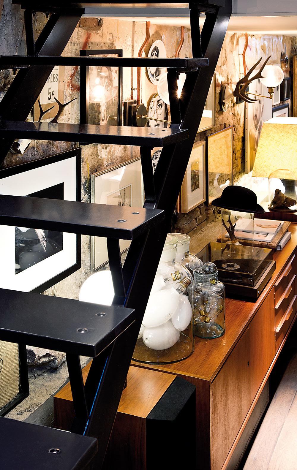 BUDÚCU PODOBU interiéru určili pôvodné stavebné prvky domu. Rekonštrukcia odhalila železobetónovú konštrukciu amyšlienka na industriálne ladený štýl snádychom retra bola na svete. Zachovaný zostal hrubý betón, kovové profily aj obnažené tehly. Pribudli priečky ahorné poschodie, na ktoré vedie kovové schodisko.