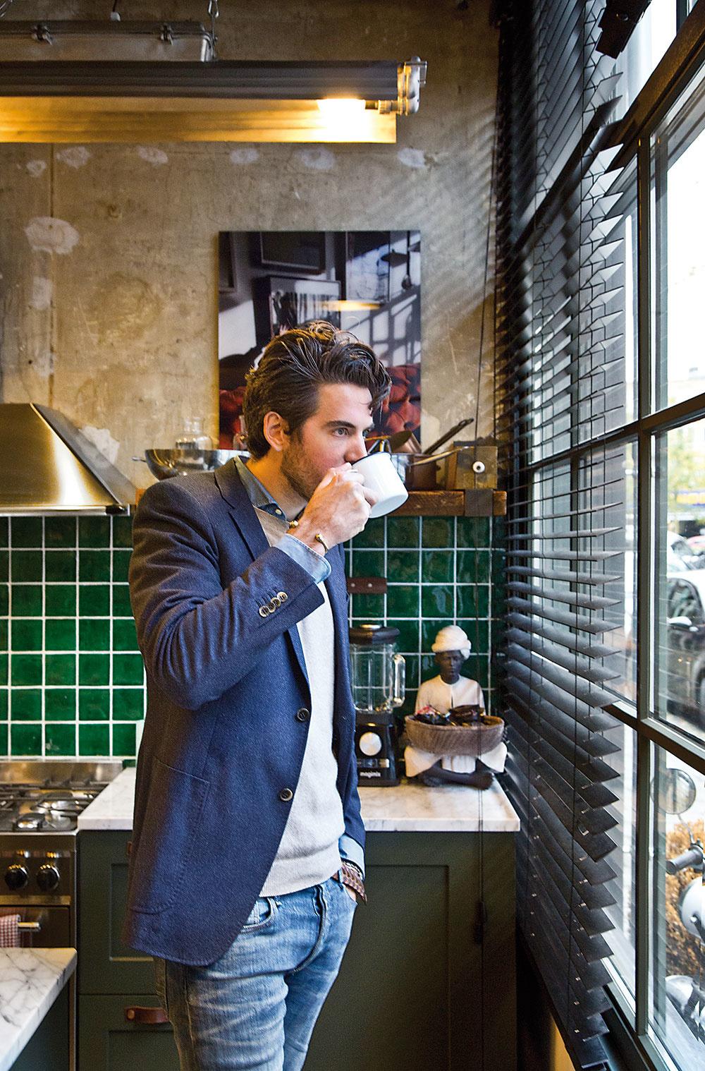 James van den Helden srodinou. Dizajnér avášnivý zberateľ starožitností sa vo svojom štúdiu Bricks venuje navrhovaniu interiérov.