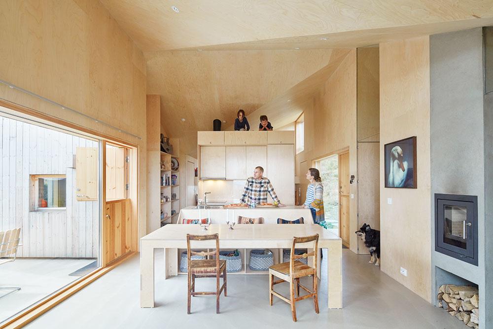 Otvorenosť azákutia Cieľom architektov bolo vytvoriť kompaktný otvorený priestor, vktorom však bude miesto aj na súkromné zákutia. Príležitosť na to dáva istrop, ktorý dosahuje výšky od 2,4 m až do 4,3 m.