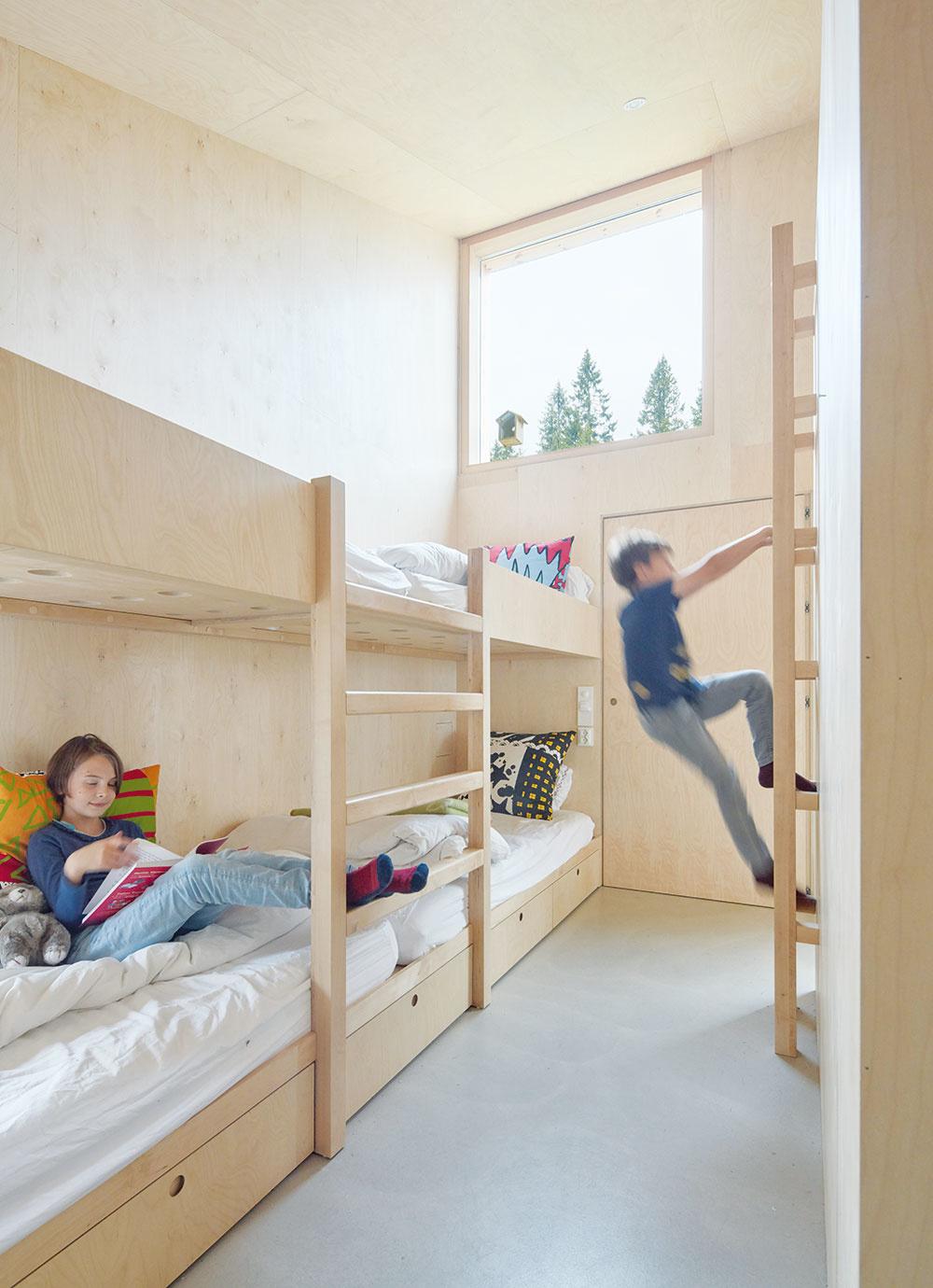 Detskú izbu tvoria poschodové postele arozširuje ju aj priestor nad kúpeľňou, kde architekti navrhli herňu.