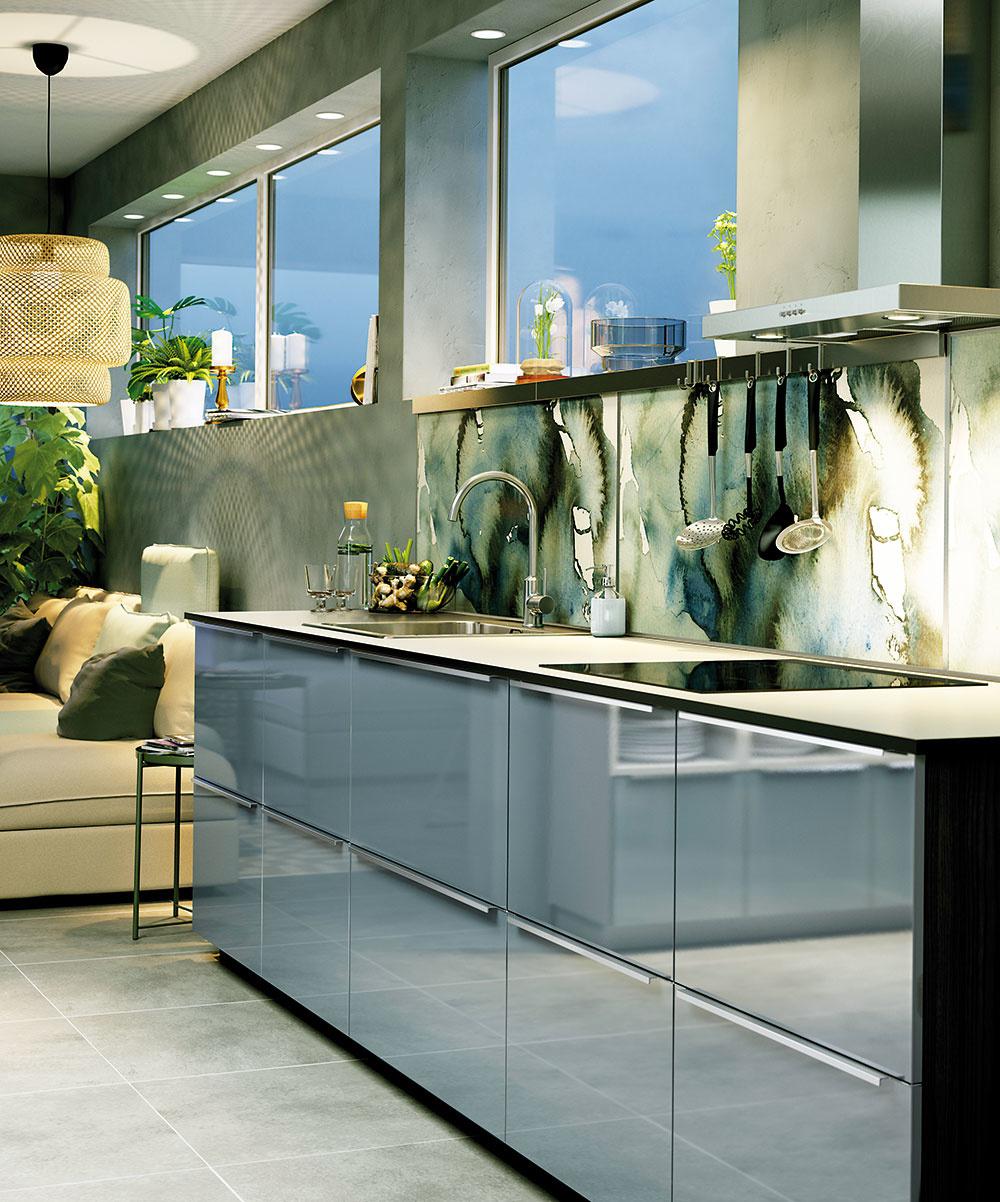 NÁSTENNÉ PANELY sa jednoducho čistia a ochránia steny pred škvrnami či kúskami jedla z prípravy pokrmov. Vybrať si môžete z rozličných materiálov, vzorov a farieb, ktoré kuchyni dodajú štýlový vzhľad. Nástenný panel Lysekil je obojstranný, na jednej strane má oblaky, na druhej strane bodky. Rozmery sú 120 × 55 cm a za 22,99 € ho nájdete v ponuke IKEA.