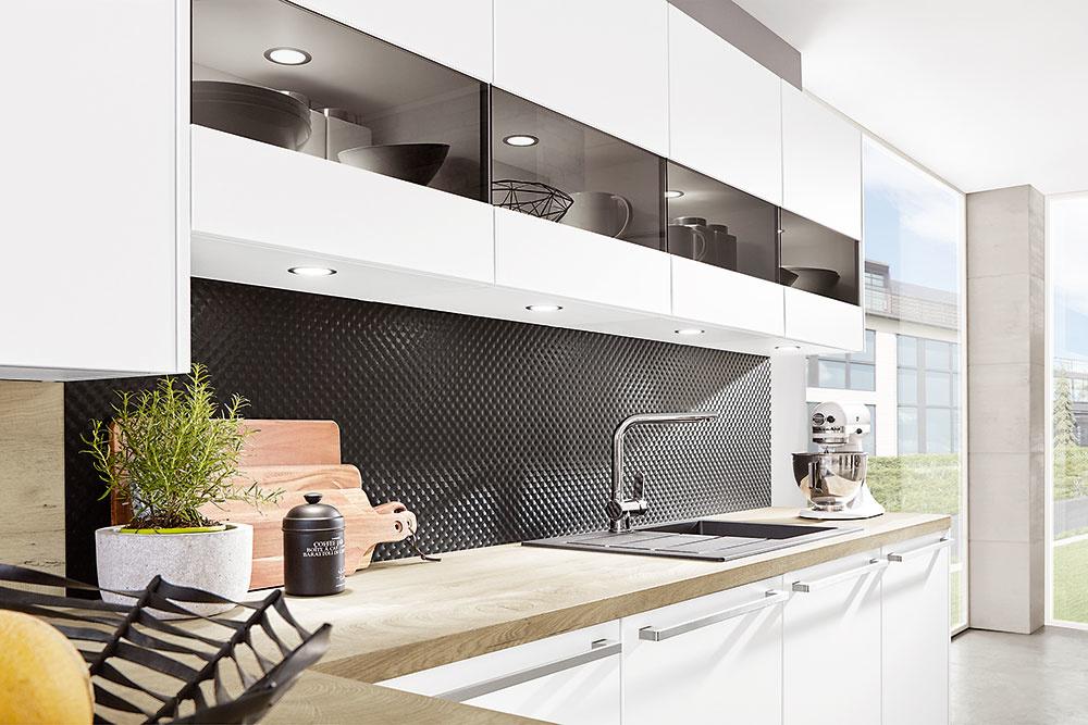 Kuchynské zásteny a pracovné dosky spravia aj z obyčajnej linky štýlovú kuchyňu