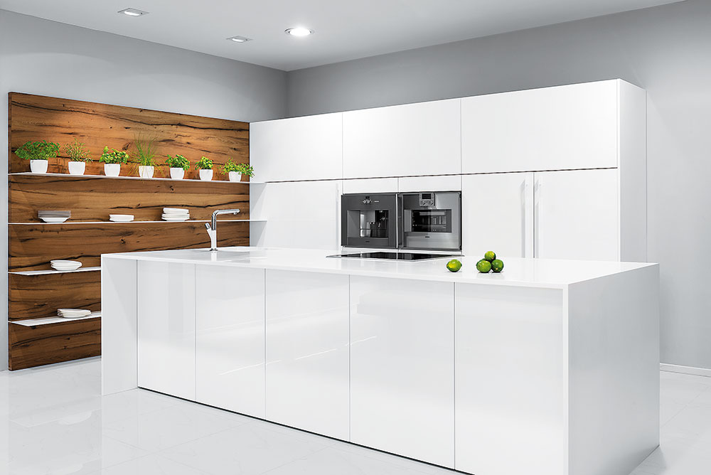 UMELÝ KAMEŇ. Pracovná doska takmer navlas rovnaká ako kuchynská linka Line od výrobcu Hanák navodí dojem čistoty. Aby však kuchyňa nepôsobila až príliš sterilne, je vhodné ju skombinovať napríklad s teplo pôsobiacim drevom vo forme policovej steny.