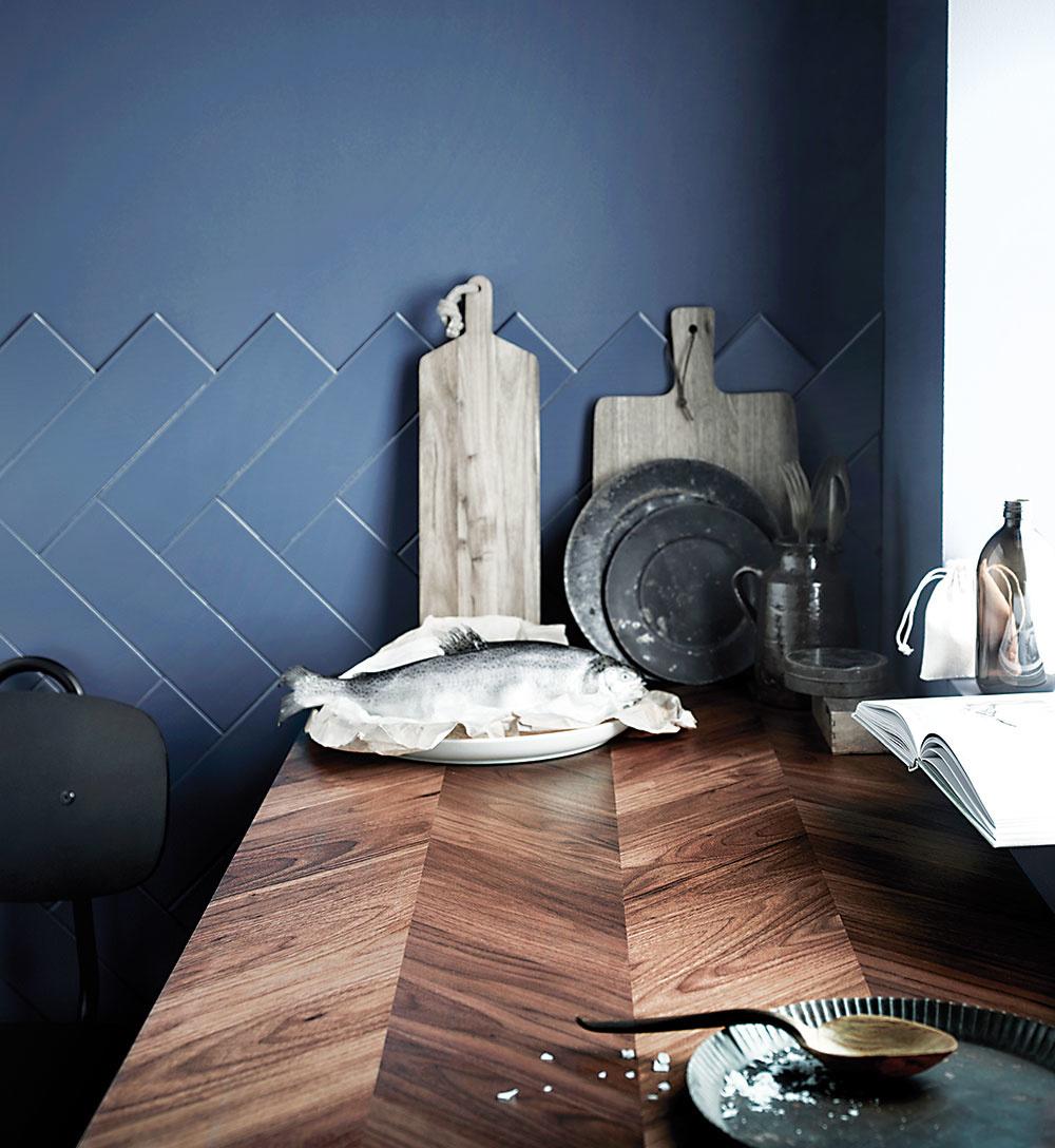 DREVENÁ pracovná doska Barkaboda sa vyrába na mieru. Každý kus je jedinečný – s vlastným vzorom a prírodným tieňovaním, ktoré zdôrazňuje krásu dreva. Pri výrobe sa vďaka modernej technológii používa dreva menej, čím sa znižuje záťaž na životné prostredie. Predáva IKEA.