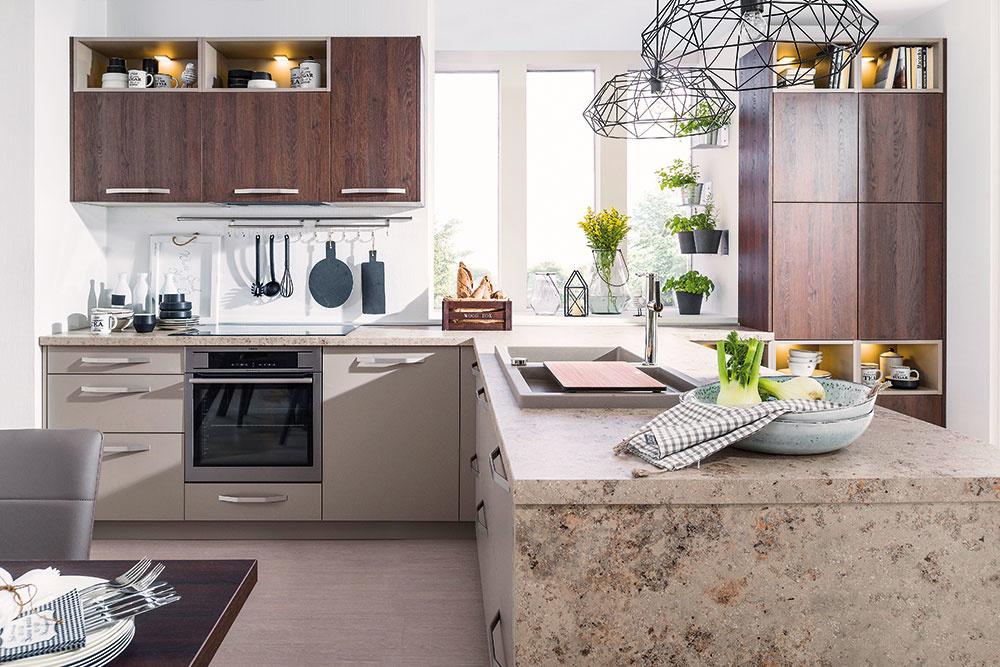 LAMINÁTOVÉ DOSKY patria k najpoužívanejším materiálom, ktoré si volíme do kuchýň na pracovnú plochu. Obľúbené sú najmä imitácie dreva, kameňa a jednofarebné alternatívy. Laminát dokáže odolať teplotám do 180 °C, jeho nevýhodou však je, že vzniknuté poškodenia, ako napríklad poškrabanie nožom, nemožno odstrániť. Kuchyňa Cora od značky Decodom kombinuje dekory dreva, prírodného kameňa a matné sivé plochy.