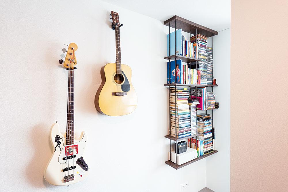 NA ČESTNOM MIESTE Tri hudobné nástroje atri kapely. Hudba je rozhodne Radovanova srdcová záležitosť. Zbierky svojich obľúbených kaziet aCD nosičov sa nemieni vzdať. Svoje miesto si našli vindustriálne ladenej poličke pri vstupe do spálne.