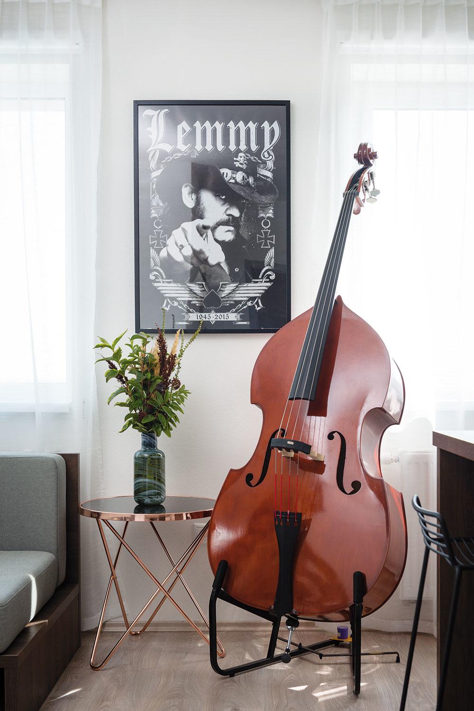 BAROVÚ ATMOSFÉRU vdychujú interiéru nielen obrázky muzikantov na stenách, ale ivšadeprítomné hudobné nástroje. Najväčší znich má svoju pevnú pozíciu medzi kuchyňou aobývačkou, ato zcelkom praktického dôvodu – pre jeho rozmery totiž vmalom byte niet vhodnejšieho miesta.