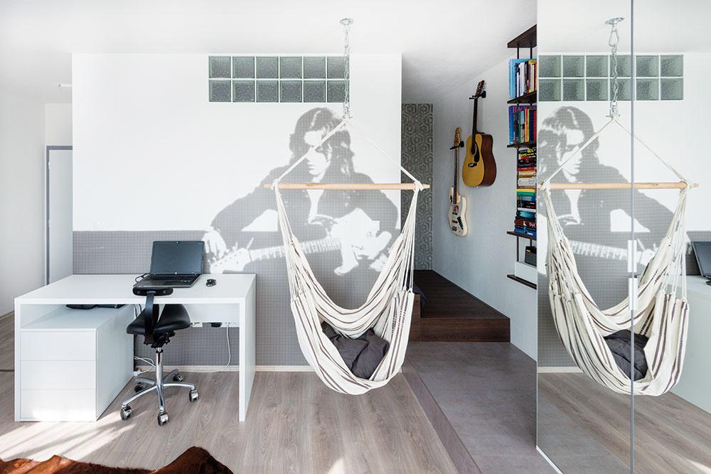 STENA NA MIERU. Hneď ako mladé dizajnérky zistili, že tvoria priestor hudobníkovi, nápady sa len tak hrnuli. Svieža tapeta na stene bola vyrobená na mieru podľa obrázkovej predlohy. Bluesrockový inštrumentalista Rory Gallagher včierno-bielej mozaike pôsobí sviežo ainšpiratívne.