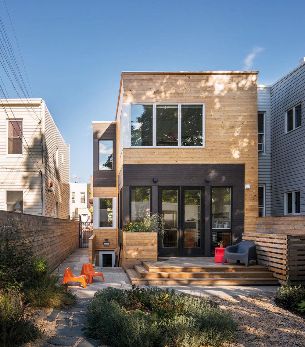 Dostatok denného svetla je základom zdravého apohodového bývania, vradových domoch sú však možnosti na umiestnenie okien obmedzené. Pri tejto rekonštrukcii mohli architekti dosiahnuť väčší prísun svetla do interiéru aj rohovými oknami, ktoré navyše pozitívne ovplyvnili diagonálny pohľad na dom.