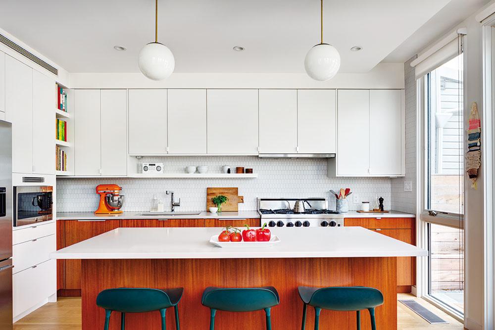 Nový priestor na kuchyňu Poňať kuchyňu takto veľkoryso umožnilo rozšírenie existujúcej zadnej prístavby. Zásah do hmoty domu však prospel priestoru nielen vkuchyni, ale aj na poschodí.