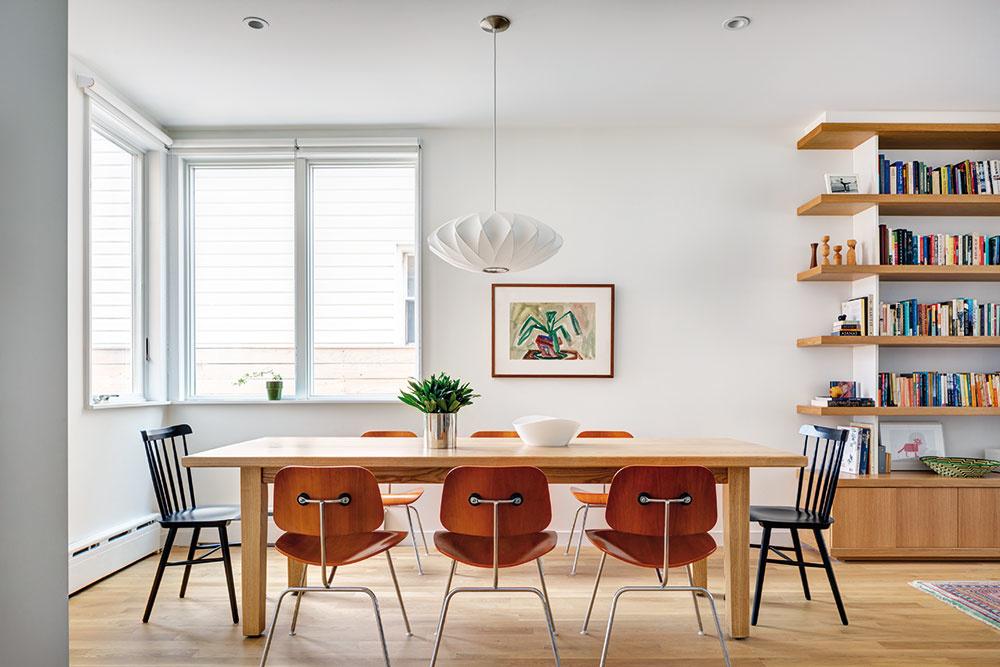 Veľký jedálenský stôl logicky nadväzuje na kuchyňu. Dostatok denného svetla naň dopadá vďaka oknu, ktoré siaha až za roh domu.