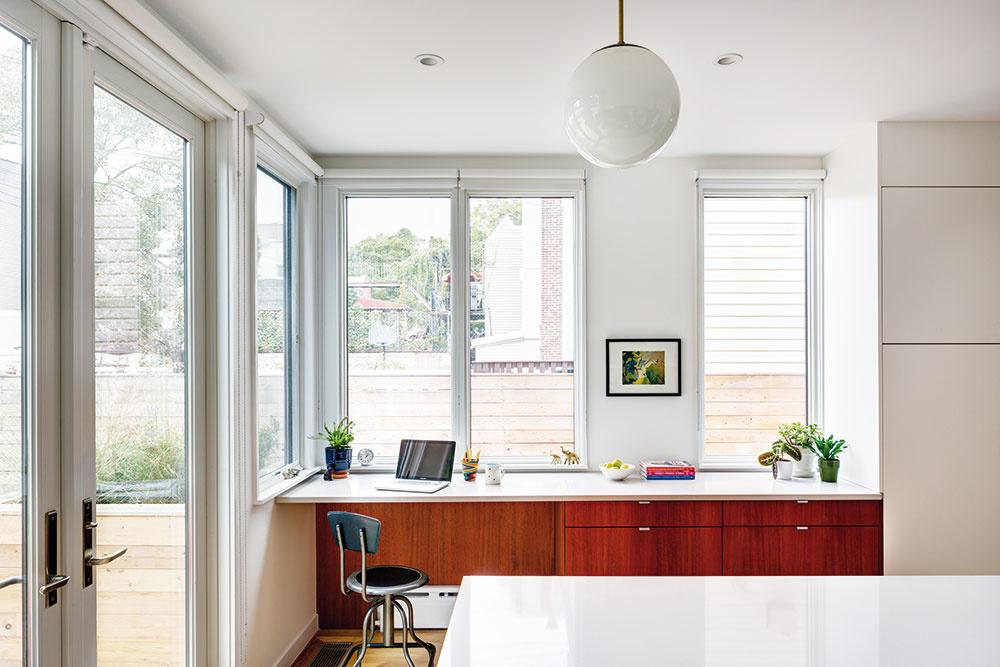 Pracovňu si majitelia zariadili vpriestore kuchyne. Cez zasklené dvere sa znej vychádza na zadný dvor, ktorý je vteplých dňoch prirodzeným rozšírením domu.