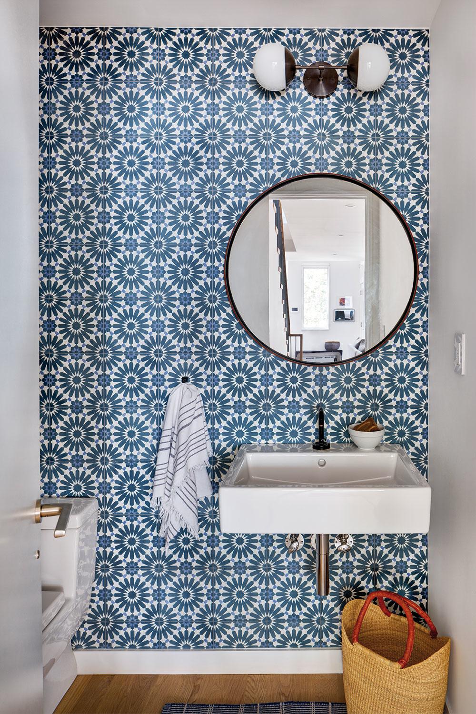 Na toalete na prízemí dopĺňa štandardnú kombináciu bielej adubového dreva modro-biely obklad.