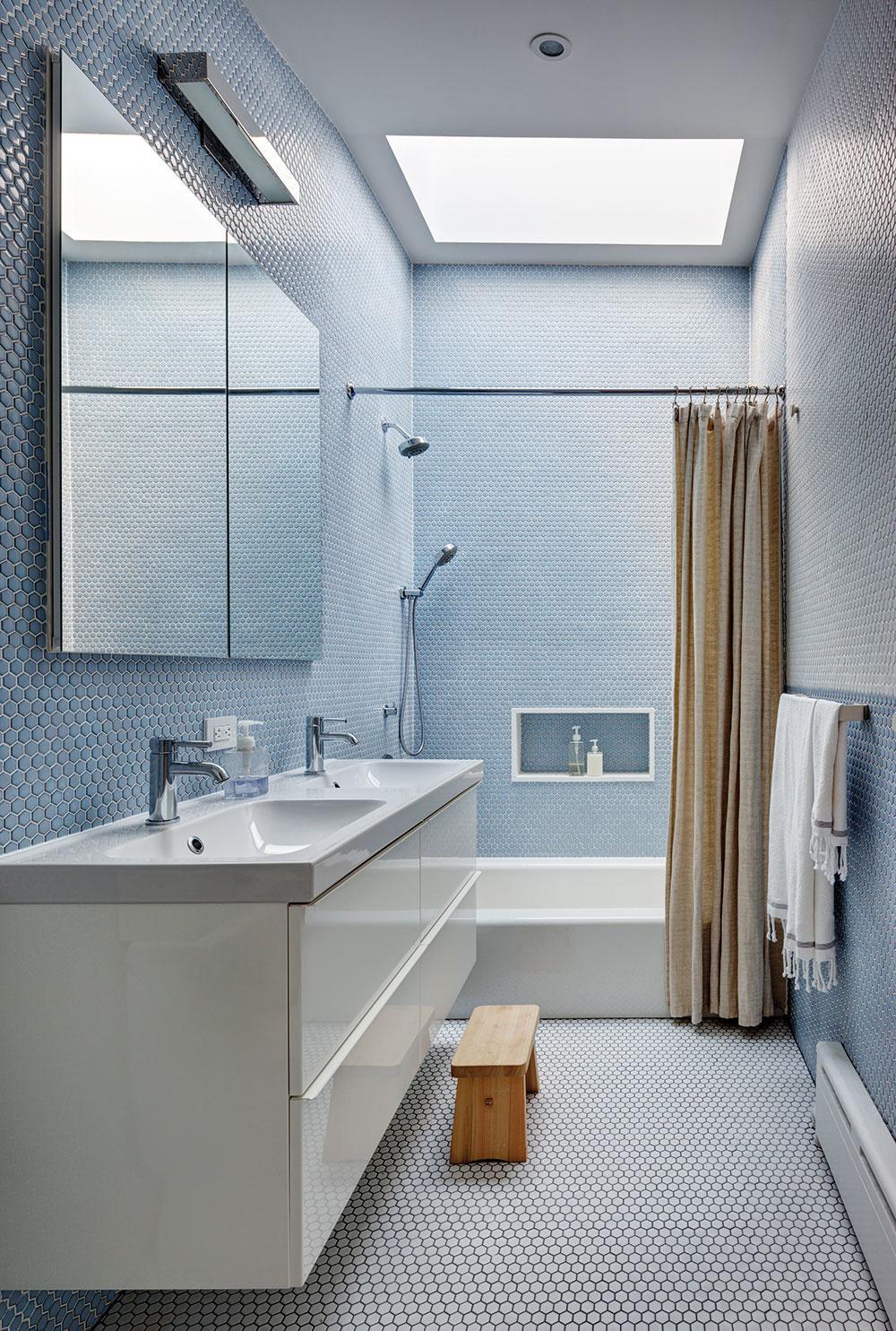 Kúpeľne sú vdome úzke atakýmto priestorom pristane striedmosť asvetlo. To prvé zabezpečilo jednoduché zariadenie ajemná mozaika vtónoch bielej amodrej, odruhé sa aj vhĺbke dispozície spoľahlivo postaral strešný svetlík.