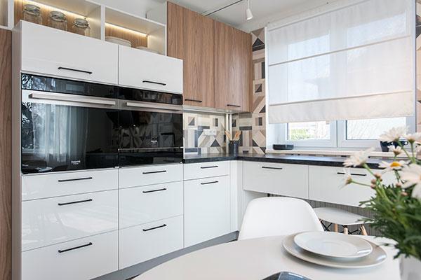 Biely lesklý kuchynský nábytok presvetlí každý priestor a pridá svetlo ako interiéru, tak vášmu životnému pocitu.