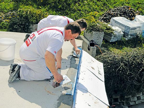 Na voľné okraje izolovanej plochy (čelo balkóna) osaďte do lepiacej malty rohové profily, ktoré slúžia na ukončenie hydroizolácie.