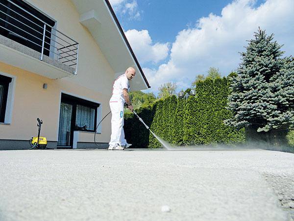 Vhodným podkladom je cementový poter, ktorý podľa potreby obrúste aočistite vysokotlakovým umytím. Pri rekonštrukcii možno izolačnú hmotu nanášať aj priamo na stabilnú ačistú starú dlažbu. Nasiakavé povrchy upravte základným náterom.
