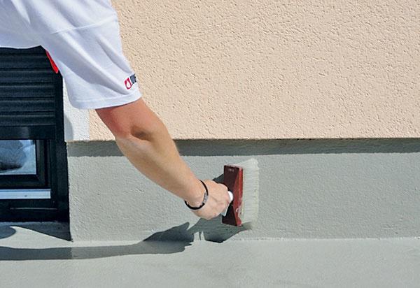 Hmotu naneste aj na priľahlé zvislé konštrukcie do výšky aspoň 30 cm, čím sa vytvorí ochrana proti odstrekujúcej vode.