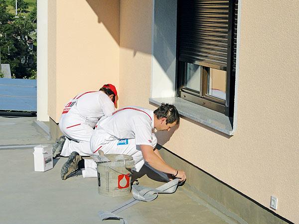Na styku steny spodlahou osaďte do hmoty hrubej asi 1 mm tesniace pásky. Pásky arohové prvky medzi sebou spájajte spresahom asi 10 cm.