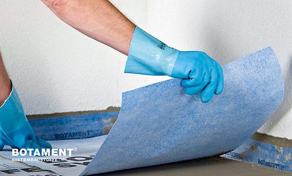 Potom uložte do lepiaceho tmelu pásy izolačnej adeliacej fólie. Vspojoch by mala fólia presahovať aspoň 5 cm.