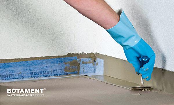 Do systémového lepiaceho tmelu najskôr zapracujte vstykoch stien apodlahy izolačné pásky avrohoch akútoch hotové rohové prvky.