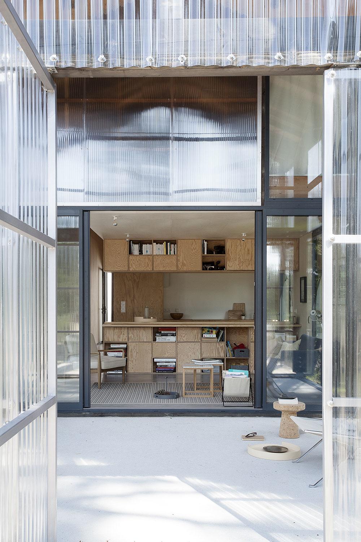 Z úsporného prvku hlavný priestor domu: Víkendové bývanie z prefabrikátov