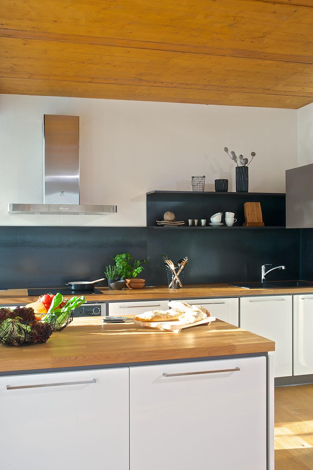 Celkom zásadnou dominantou interiéru je masívne dubové drevo, použité na podlahe, na pohľadové časti stropnej konštrukcie. Pre celú zostavu vrátane kuchynského ostrovčeka bolo použité masívne dubové drevo s hrúbkou 40 mm.