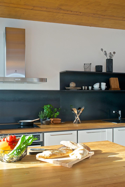 Na zadný panel a na police v kuchynskej linke je použitý za studena valcovaný oceľový plech.
