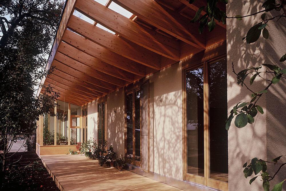 Prízemný dom skrytý za lamelami: Zimná záhrada a kaktusový skleník na streche