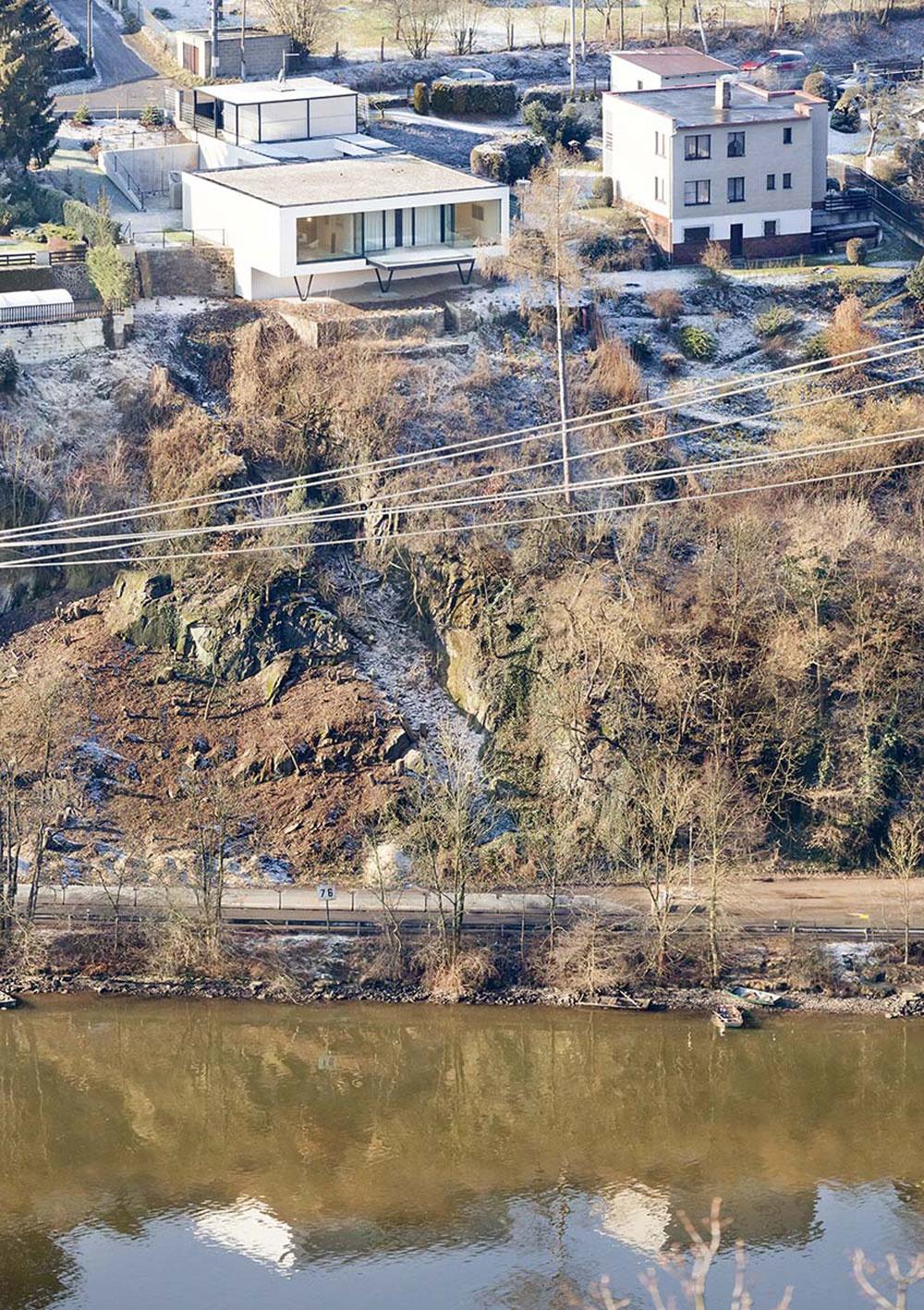 Nenápadný dom z ulice takmer nevidno, ukrýva sa na prudkom svahu nad riekou