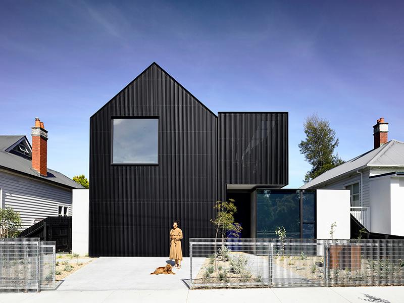 """""""Čierna ovca"""" medzi bielymi domami: Atypická stavba klame exteriérom"""